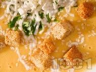 Зеленчукова крем супа с картофи, моркови, спанак и тиква поднесена с крутони и настъргано сирене